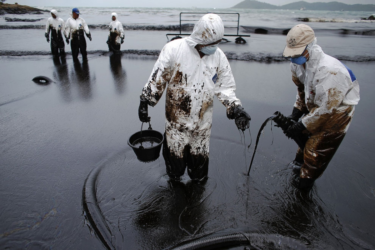 marine oil pollution Marine oil pollution: a threat to the environment oil is an extremely toxic substance, containing between 100 and 200 known carcinogens in every 5 tonnes released into the oceans.